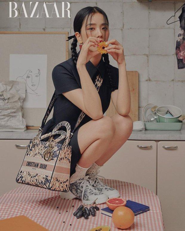 Hoa hậu Hàn Quốc Jisoo (BLACKPINK) gây sốt với bộ ảnh tạp chí mới, choáng hơn khi kéo đến ảnh hậu trường - Ảnh 2.