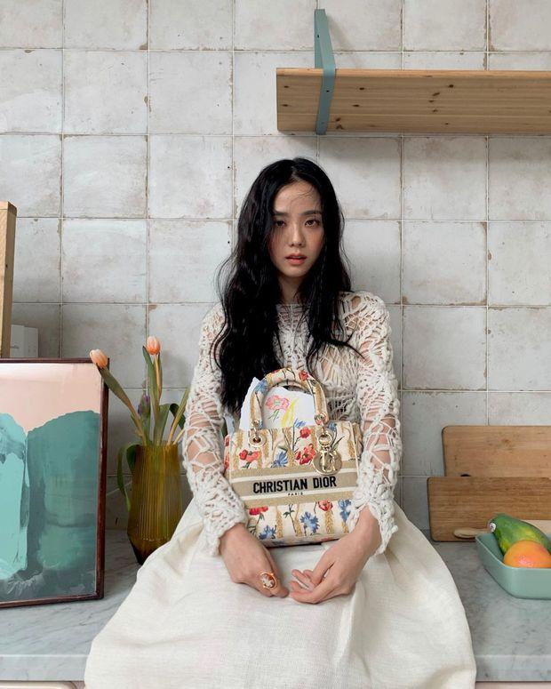 Hoa hậu Hàn Quốc Jisoo (BLACKPINK) gây sốt với bộ ảnh tạp chí mới, choáng hơn khi kéo đến ảnh hậu trường - Ảnh 11.