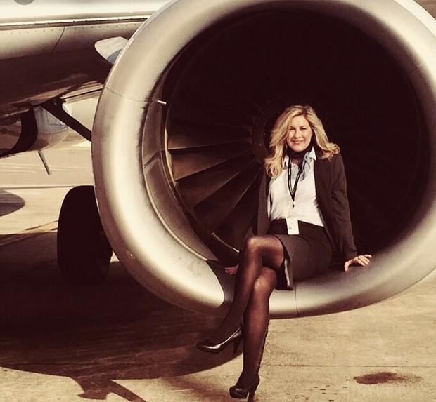 Tại sao tiếp viên hàng không luôn tô son rất đậm: Lý do lại liên quan đến… tính mạng của bạn đấy! - Ảnh 1.