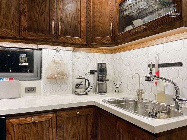 Nhờ đến 2 đội thiết kế, cặp vợ chồng có được ngôi nhà cưng như con, ngắm khu vực bếp mới hiểu vì sao - Ảnh 13.