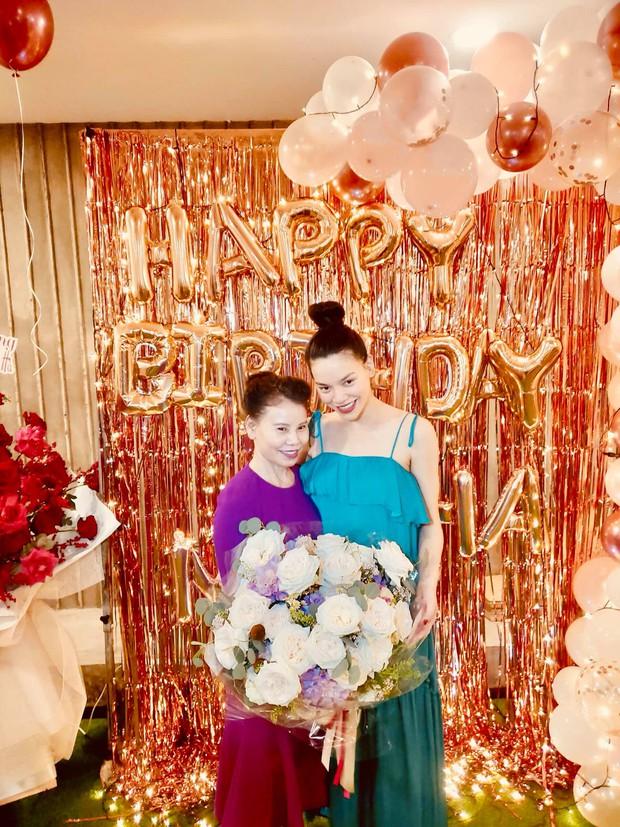 Tiệc sinh nhật sang chảnh của Hà Hồ bên hội bạn: Mẹ bỉm cực xinh hậu sinh nở, nụ hôn Kim Lý dành cho vợ chiếm spotlight! - Ảnh 8.