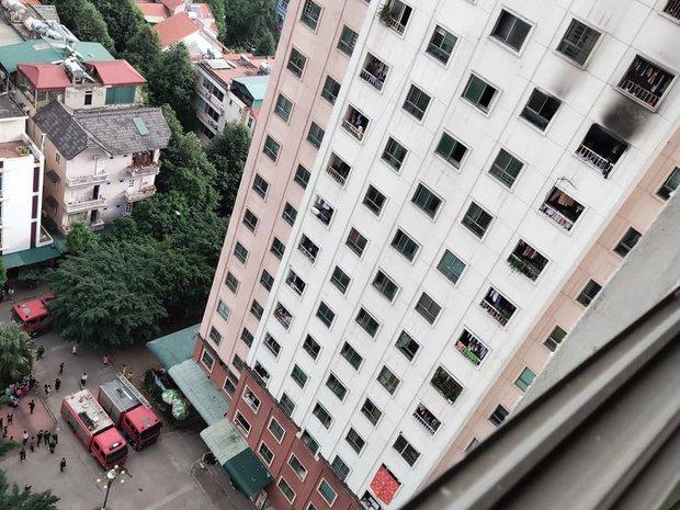 Hà Nội: Cháy căn hộ tầng 13 khu đô thị Xa La, người dân hốt hoảng tháo chạy thoát thân - Ảnh 2.