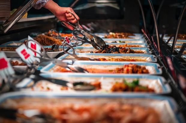 Những nhà hàng buffet trên thế giới phạt khách lãng phí đồ ăn thế nào? - Ảnh 1.