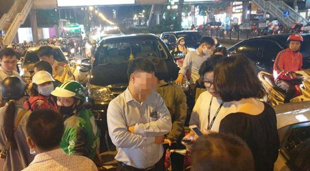 Ô tô gây tai nạn liên hoàn ở Hà Nội, tông xe biển xanh và hàng loạt phương tiện giữa phố - Ảnh 1.