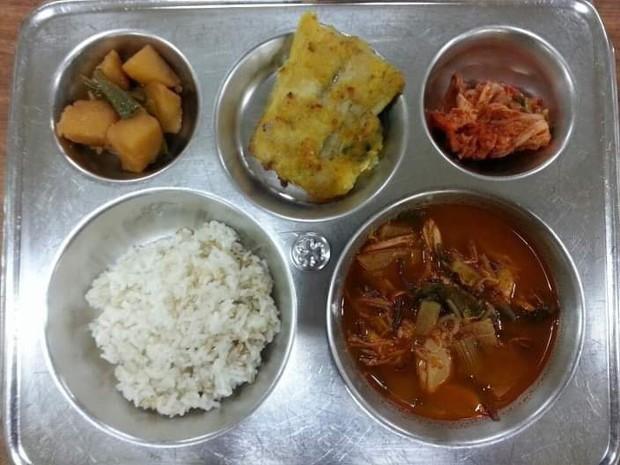 Những suất cơm canteen của học sinh Hàn Quốc: Giá thành rẻ, nhìn đơn giản nhưng chế độ dinh dưỡng hàng top thế giới - Ảnh 3.