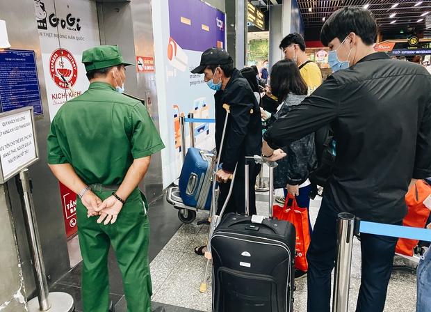 Khổ như hành khách ở Tân Sơn Nhất: Dang nắng mang vác hành lý ra đường đón xe công nghệ - Ảnh 3.