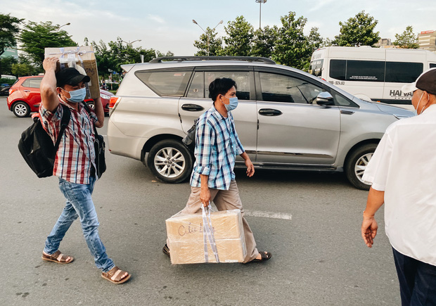Khổ như hành khách ở Tân Sơn Nhất: Dang nắng mang vác hành lý ra đường đón xe công nghệ - Ảnh 7.