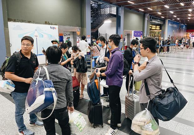 Khổ như hành khách ở Tân Sơn Nhất: Dang nắng mang vác hành lý ra đường đón xe công nghệ - Ảnh 2.