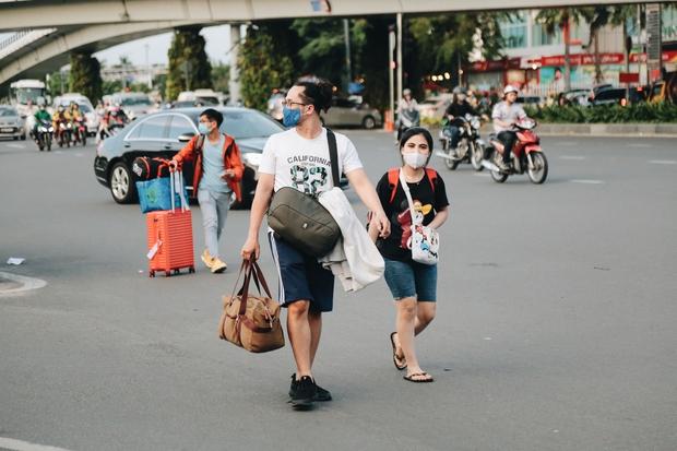 Khổ như hành khách ở Tân Sơn Nhất: Dang nắng mang vác hành lý ra đường đón xe công nghệ - Ảnh 8.