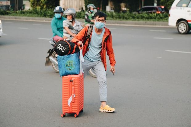 Khổ như hành khách ở Tân Sơn Nhất: Dang nắng mang vác hành lý ra đường đón xe công nghệ - Ảnh 9.