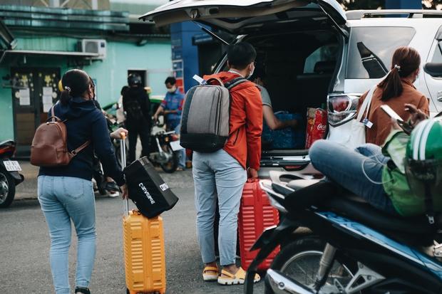 Khổ như hành khách ở Tân Sơn Nhất: Dang nắng mang vác hành lý ra đường đón xe công nghệ - Ảnh 10.