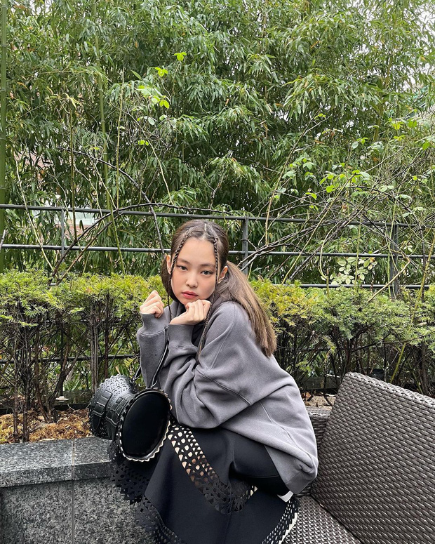 Jennie vừa diện 2 áo len Zara cực trendy, giá hợp lý bạn dễ dàng sắm theo - Ảnh 1.