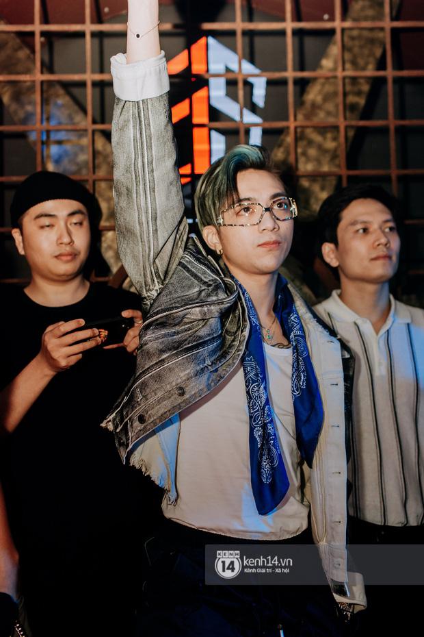 R.Tee trói thầy Binz khi trình diễn Bigcityboi trên sân khấu, nguyên team SpaceSpeakers quẩy hết mình trong show từ thiện tại TP.HCM - Ảnh 6.