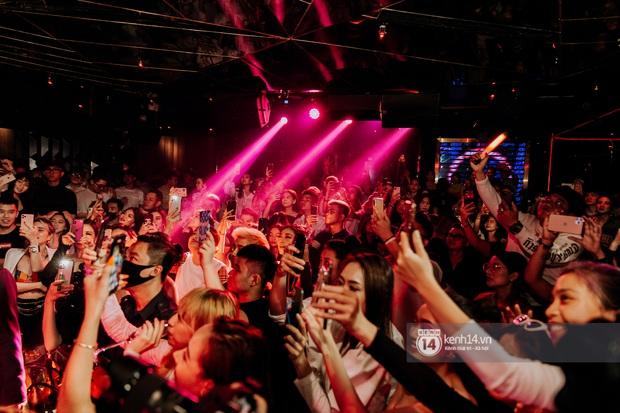 R.Tee trói thầy Binz khi trình diễn Bigcityboi trên sân khấu, nguyên team SpaceSpeakers quẩy hết mình trong show từ thiện tại TP.HCM - Ảnh 3.