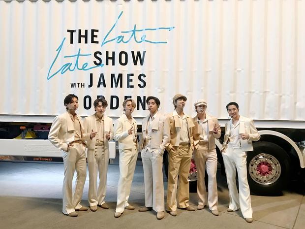 BTS chơi lớn thuê cả phi cơ, container, ra sân bay biểu diễn Dynamite ăn mừng được đề cử Grammy - Ảnh 7.