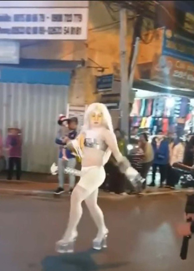 Người mặc phản cảm, làm trò lố trên phố Đà Lạt bị phạt 7,5 triệu đồng - Ảnh 2.