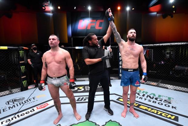 Nhà cựu vô địch MMA bỗng phải nhận trận thua thất vọng, nhiều người trách móc cho đến khi nhìn thấy chấn thương kinh hoàng trên tay anh này - Ảnh 3.