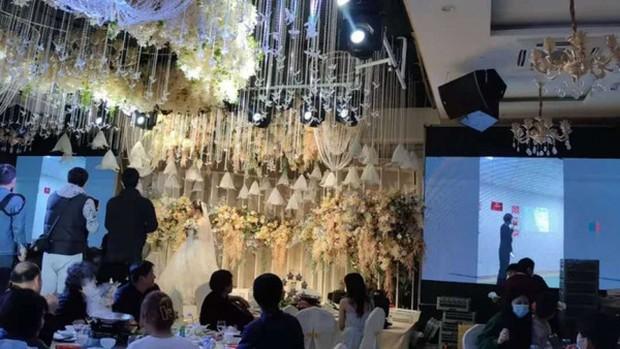 Chú rể nhận cuộc gọi khẩn cấp trước hôn lễ, đẩy cô dâu vào tình huống bi hài tại sảnh cưới khiến quan khách xúc động - Ảnh 4.