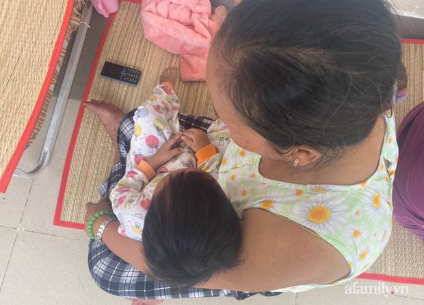 Đau xót lời kể bà ngoại bé gái 3 tuổi nghi bị mẹ đẻ bạo hành chấn thương sọ não: Bị đánh vì để phân dính vào dép? - Ảnh 6.