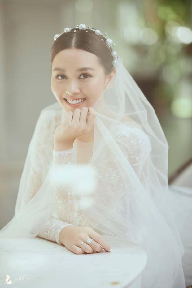 Hé lộ thiệp và ảnh cưới đẹp lung linh của Á hậu Tường San, chú rể vẫn quyết giấu mặt đến phút chót? - Ảnh 5.
