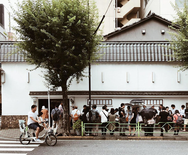 Chỉ bán cơm trứng nhưng nhà hàng Nhật này đã tồn tại suốt 250 năm, khách xếp hàng 4 tiếng cũng chưa chắc mua được - Ảnh 1.