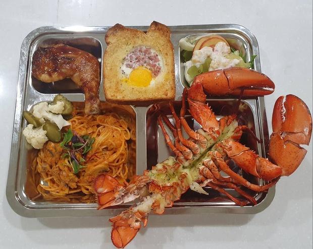 Thêm loạt bữa trưa căng tin của học sinh Hàn Quốc khiến dân tình loá mắt: có cả tôm hùm, cua tuyết, ăn sang hơn nhà hàng! - Ảnh 1.