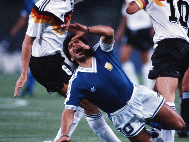 Sự nghiệp thăng trầm của Diego Maradona qua những bức hình đáng nhớ: Tạm biệt một thiên tài với đôi chân đầy những ma thuật - Ảnh 11.