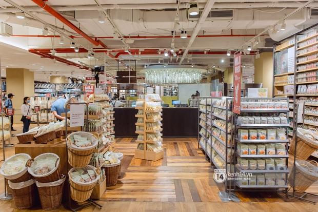 Flagship store MUJI Sài Gòn chính thức mở cửa: 1001 góc sống ảo, ngoài tốn tiền thì còn tốn thêm cả pin điện thoại vì chụp hình mệt nghỉ! - Ảnh 1.