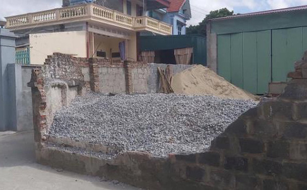 Lộ nguyên nhân làm đổ tường bao đè chết nữ sinh lớp 6 ở Thái Bình - Ảnh 1.