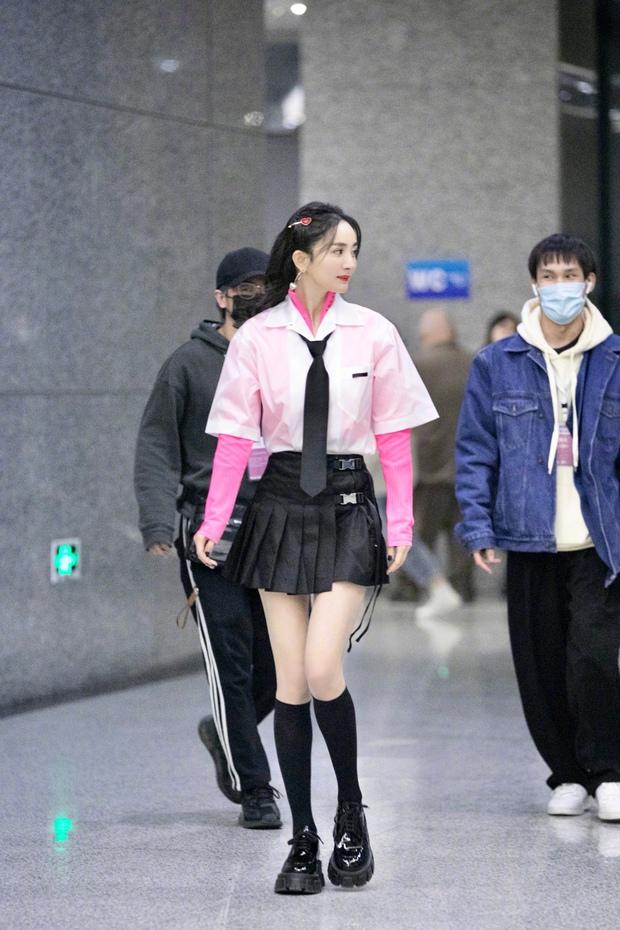 Dương Mịch hack tuổi như thiếu nữ khi diện váy ngắn, xem tới clip hậu trường Cnet càng sửng sốt với đôi chân cực phẩm - Ảnh 5.