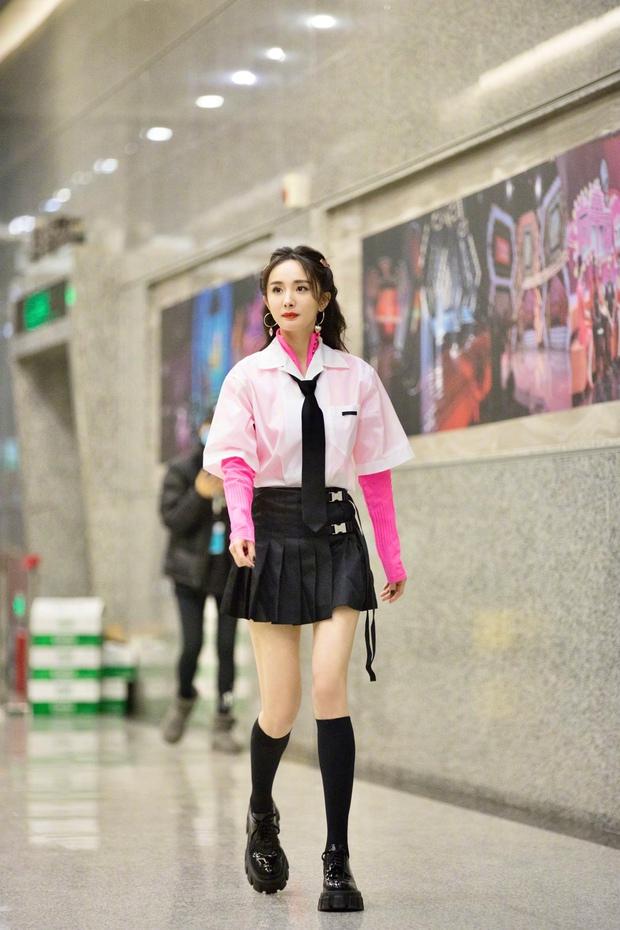Dương Mịch hack tuổi như thiếu nữ khi diện váy ngắn, xem tới clip hậu trường Cnet càng sửng sốt với đôi chân cực phẩm - Ảnh 3.