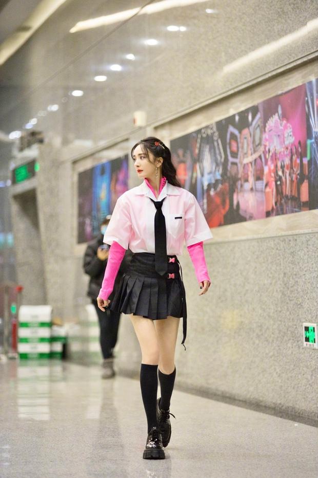 Dương Mịch hack tuổi như thiếu nữ khi diện váy ngắn, xem tới clip hậu trường Cnet càng sửng sốt với đôi chân cực phẩm - Ảnh 2.