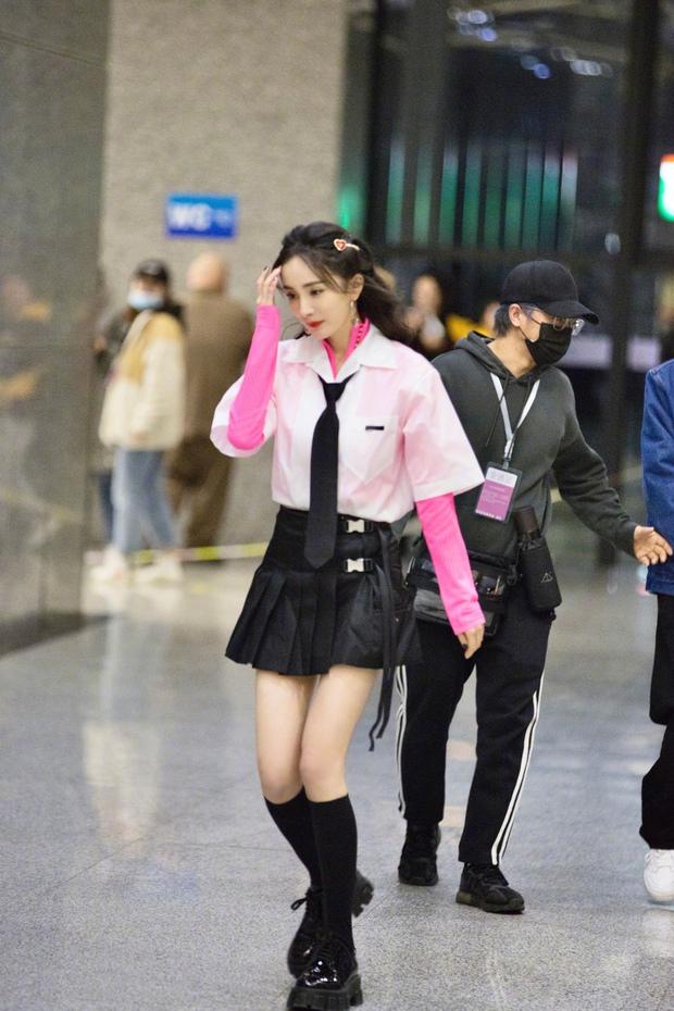 Dương Mịch hack tuổi như thiếu nữ khi diện váy ngắn, xem tới clip hậu trường Cnet càng sửng sốt với đôi chân cực phẩm - Ảnh 4.