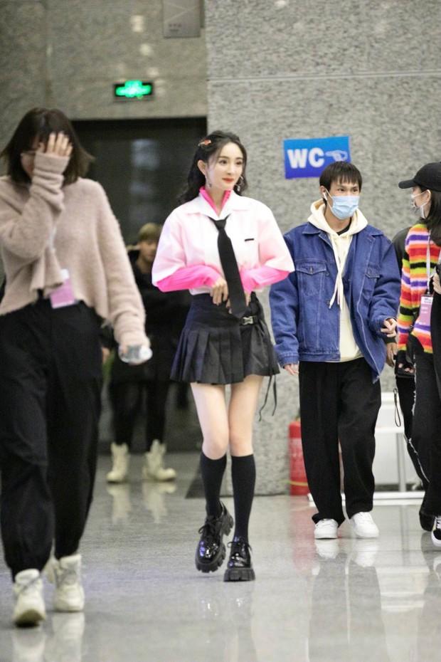 Dương Mịch hack tuổi như thiếu nữ khi diện váy ngắn, xem tới clip hậu trường Cnet càng sửng sốt với đôi chân cực phẩm - Ảnh 8.