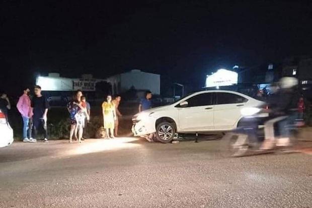 Hà Nội: 2 cô gái trẻ nguy kịch sau khi liên tiếp bị 2 ô tô tông trúng rồi kéo lê hàng trăm mét, tài xế rồ ga chạy bỏ mặc nạn nhân - Ảnh 1.