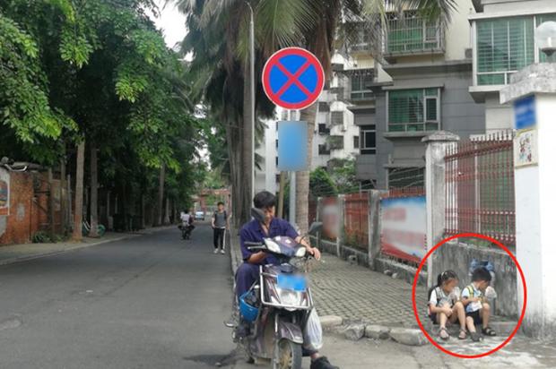 Cho 2 con ngồi bệt ở góc đường ăn sáng, ông bố không ngờ mình bị chụp ảnh, nhận lời khen tới tấp vì 1 hành động nhỏ của đám trẻ - Ảnh 1.