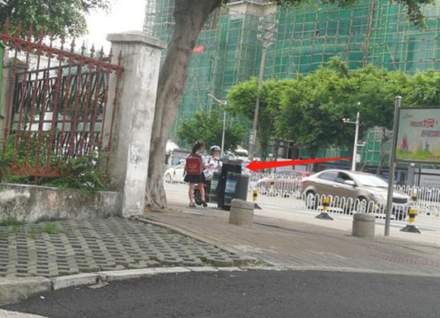 Cho 2 con ngồi bệt ở góc đường ăn sáng, ông bố không ngờ mình bị chụp ảnh, nhận lời khen tới tấp vì 1 hành động nhỏ của đám trẻ - Ảnh 2.