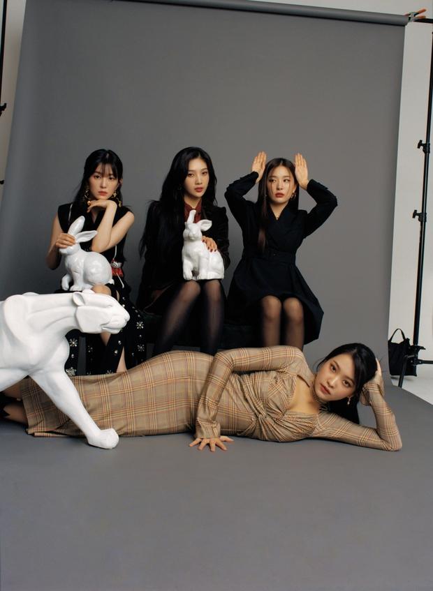 """Red Velvet gây tranh cãi với ảnh tạp chí mới: Em út là trùm cuối với vòng 1 bốc lửa, Irene từ nữ thần hoá """"trà xanh"""" trong mắt Knet - Ảnh 3."""