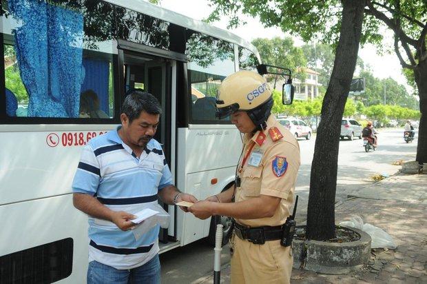 Ô tô con và xe khách hết cơ hội dừng, đỗ đón trả khách trên nhiều tuyến đường ở trung tâm Sài Gòn - Ảnh 1.