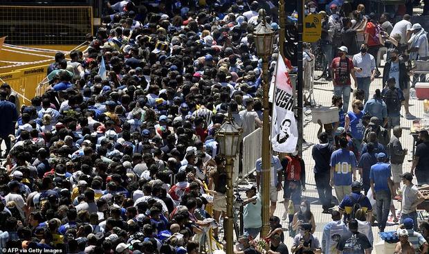 Choáng váng trước cảnh hàng vạn người Argentina nối đuôi nhau cả cây số để vào viếng Maradona: Số người tiễn đưa Cậu bé vàng ước tính lên tới cả triệu - Ảnh 2.