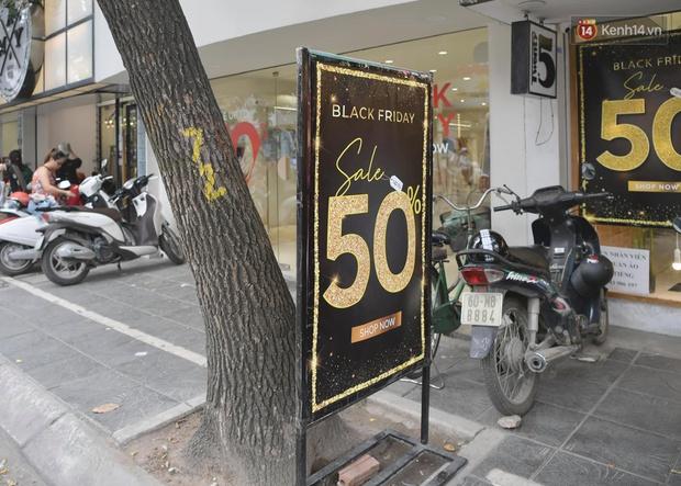 Ảnh: Phố mua sắm ở Hà Nội vắng như chùa Bà Đanh dù vào giờ nghỉ trưa ngày Black Friday - Ảnh 11.