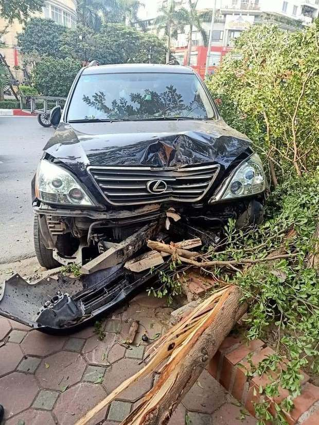 Xe Lexus gây tai nạn liên hoàn rồi húc đổ gốc cây bên đường, tài xế gãi đầu hỏi Có sao không? - Ảnh 1.