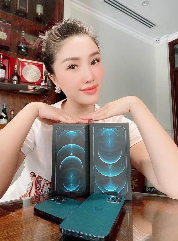 Showbiz Việt rần rần vì Black Friday: Ngọc Trinh và loạt sao đổ xô tậu iPhone 12, Hiếu Nguyễn tặng quà chị dâu tương lai Linh Rin - Ảnh 3.