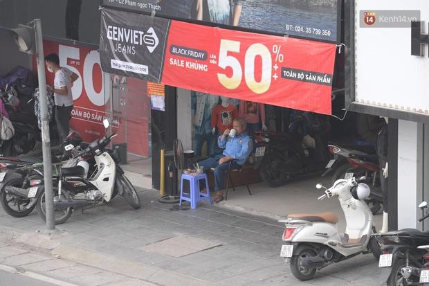 Ảnh: Phố mua sắm ở Hà Nội vắng như chùa Bà Đanh dù vào giờ nghỉ trưa ngày Black Friday - Ảnh 12.