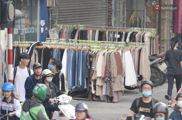Ảnh: Phố mua sắm ở Hà Nội vắng như chùa Bà Đanh dù vào giờ nghỉ trưa ngày Black Friday - Ảnh 8.