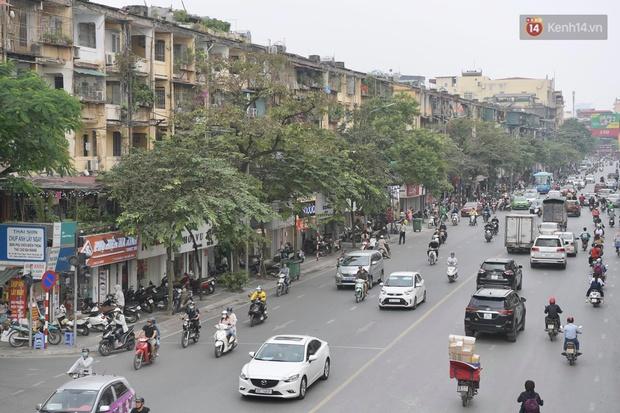 Ảnh: Phố mua sắm ở Hà Nội vắng như chùa Bà Đanh dù vào giờ nghỉ trưa ngày Black Friday - Ảnh 14.