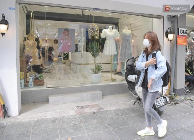 Ảnh: Phố mua sắm ở Hà Nội vắng như chùa Bà Đanh dù vào giờ nghỉ trưa ngày Black Friday - Ảnh 15.