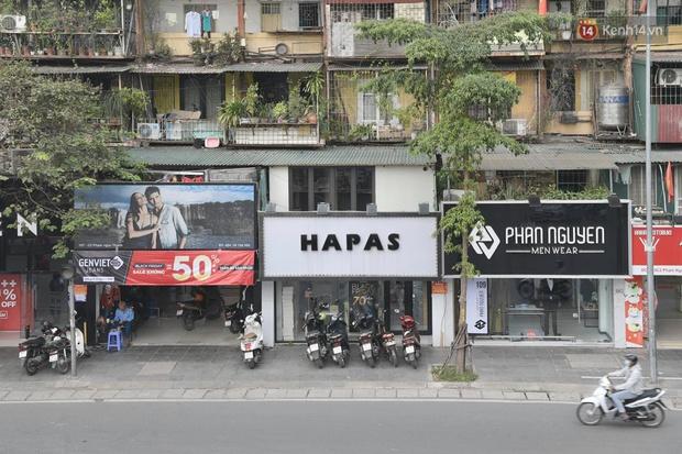 Ảnh: Phố mua sắm ở Hà Nội vắng như chùa Bà Đanh dù vào giờ nghỉ trưa ngày Black Friday - Ảnh 17.