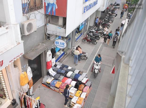 Ảnh: Phố mua sắm ở Hà Nội vắng như chùa Bà Đanh dù vào giờ nghỉ trưa ngày Black Friday - Ảnh 7.