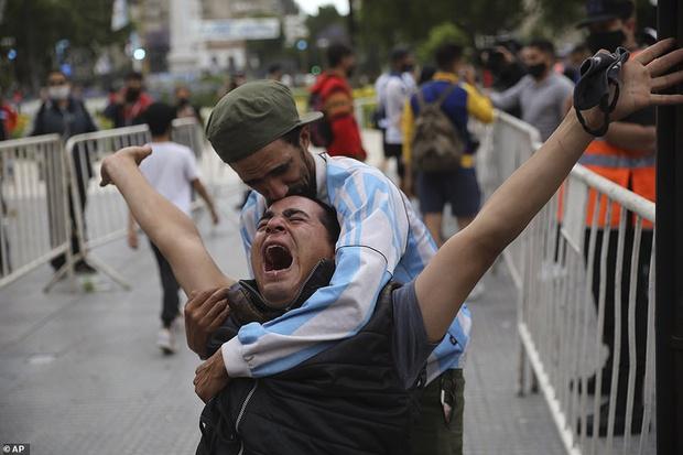 Choáng váng trước cảnh hàng vạn người Argentina nối đuôi nhau cả cây số để vào viếng Maradona: Số người tiễn đưa Cậu bé vàng ước tính lên tới cả triệu - Ảnh 7.